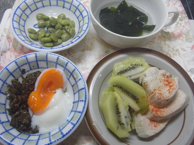 R0019012_0820昼-蒸し鶏とキーウィ、温泉卵と茶葉佃煮、枝豆、わかめチキンスープ_400.jpg