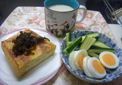 R00190510826昼-お揚げ焼き茶葉佃煮、ゆで卵ときゅうり、豆乳_400.jpg
