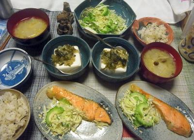 R0019082_0830夜-鮭焼き、ゴーヤサラダ、わさび昆布冷奴、味噌汁、雑穀ごはん_400.jpg