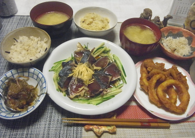 R0019092_0831夜-鰹のタタキ、イカ唐揚げ、味噌汁、松前漬け、雑穀ごはん_400.jpg