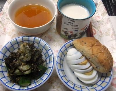 R0019172_0911昼-ゆで卵、きゅうりわさび昆布茶葉佃煮、スープ、豆乳、ごまパン_400.jpg