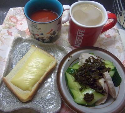 R0019199_0916昼-蒸し鶏、きゅうり、茶葉佃煮、チーズトースト、トマトジュース、カフェオレ_400.jpg