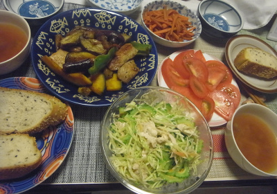 R0019217_0917夜-ゴーヤとキャベツのチキンサラダ、ポークと野菜ソテー、トマト、ごまパン、スープ_400.jpg