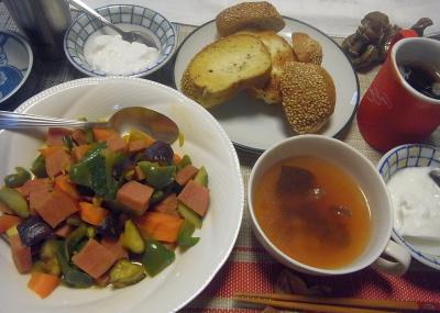 R0019376_0924昼-ハムと野菜炒め、スープ、ごまパン、ヨーグルト_400.jpg