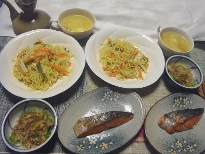 R0019423_0930夜-ゴーヤNo32の鰹節あえ、味噌汁、鮭焼き、焼きそば_400.jpg
