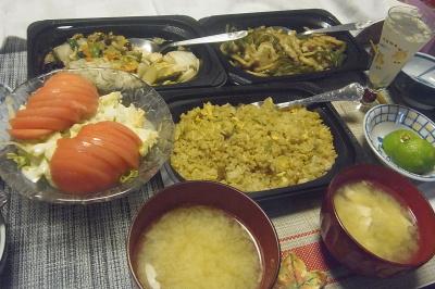 R0019428_1001夜・テイクアウト-青椒肉絲、八宝菜、チャーハン、トマトサラダ、味噌汁_400.jpg