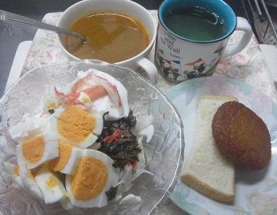 R0019460_1005昼・キッチン-カニカマゆで卵、キャベツサラダ、カレースープ、さつま揚げ、トースト_400.jpg