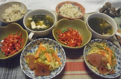 R0019464_1005夜-赤ピーマンスライス、ハムと野菜炒め、レタスと豆腐スープ、雑穀ごはん_400.jpg