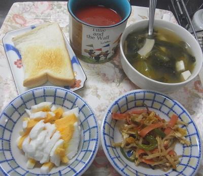 R0019467_1006昼-野菜炒め、ゆで卵、レタス豆腐スープ、トースト、トマトジュース_400.jpg