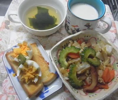 R0019470_1007昼-ゴーヤNo34とタコのチャンプルー、ゆで卵トースト、わかめスープ、豆乳_400.jpg