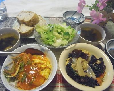 R0019481_1008昼-きくらげ炒め、エビチリ卵、サラダ、わかめスープ、ごまパン_400.jpg