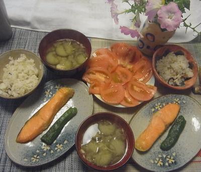 R0019506_1009昼-鮭焼き、トマトサラダ、なす味噌汁、雑穀ごはん_400.jpg