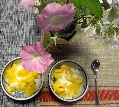R0019509_1009おやつ-柿ヨーグルトと食卓の花_400.jpg