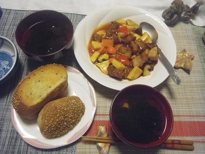 R0019606_1018夜-酢豚、ごまパン、わかめスープ_400.jpg