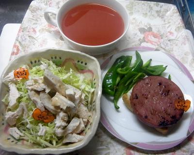 R0019634_1022昼・キッチン-焼きソーセージのっけトースト、ピーマン、蒸し鶏とキャベツサラダ、トマトジュース_400.jpg