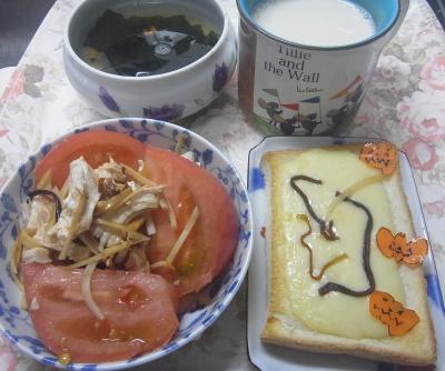 R0019661_1025昼-蒸し鶏トマト、大根昆布和え、チーズトースト、わかめスープ、豆乳_400.jpg