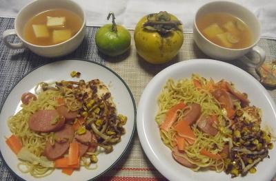 R0019667_1025夜-焼きそば、チキンカツレット、厚揚げスープ、柿とみかん_400.jpg