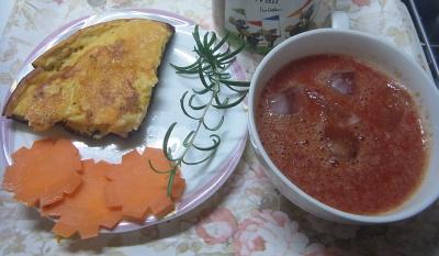 R0022255_0628昼-チーズホットケーキ、茹で人参、ローズマリー添え、野菜ジュース