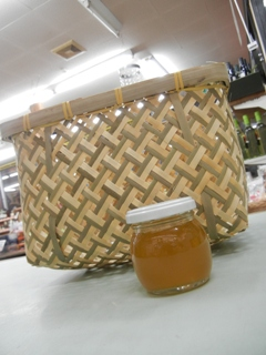 竹製の籠と日本蜜蜂の蜂蜜