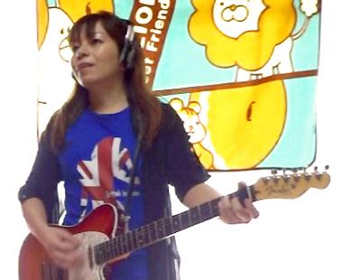 Tシャツを着てギター演奏!