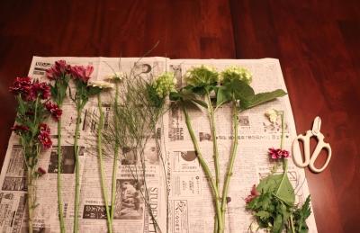 花束 ブーケ 花生け 濃桃 紫 紫陽花 菊 アルストロメリア 準備 花切り鋏 白 新聞紙