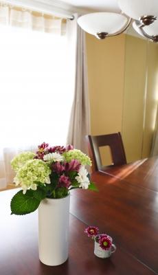 花束 ブーケ 花生け 濃桃 紫 紫陽花 菊 アルストロメリア 白 ガーベラ 花瓶 朝 ダイニングテーブル