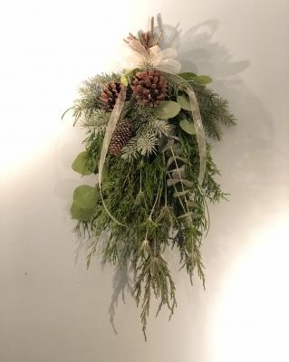 スワッグ 冬 花仕事 壁かけ コニファー 木の実 swag winter conifers pine corn flower power plants garden fondly