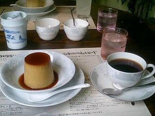 黒みつプリンとコーヒー。
