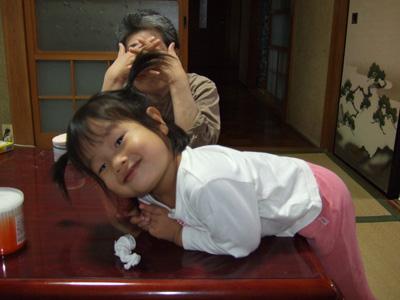 元気になった長女と写真に取られるのをいやがるおばぁちゃん