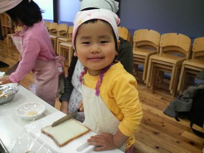 親子料理教室の次女(2歳)
