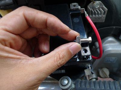 バッテリー固定用のネジ