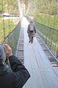 谷瀬のつり橋にて