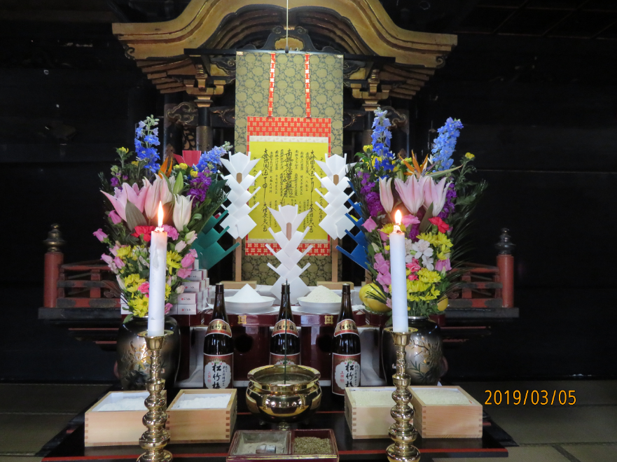 釈迦堂の須弥壇前にて