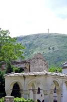 旧市街地から見える山の上に十字架