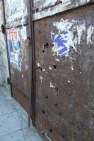 銃弾痕のある扉