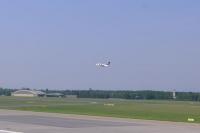 離陸したプロペラ機