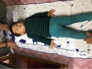 7bf2c8170aa02 そして、出産祝いに友人からもらった誕生日時や身長、体重が刺繍されたバスタオルの上で身長測定。
