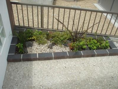 門柱裏植栽(寄せ植え)