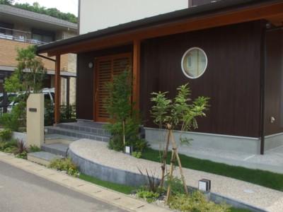 アプローチと門柱廻りの植栽