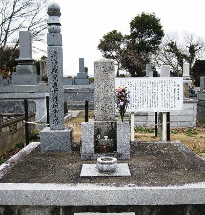 豊津にある、郡長正の墓碑