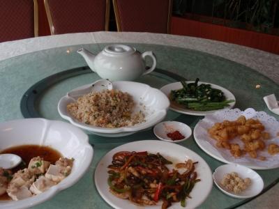 ランチは、チャーハン、スープ、魚のビール煮、野菜の炒め物など