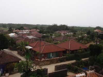 集落には赤い屋根瓦の家並みが今も残っている。