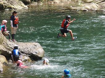 川へジャンプ