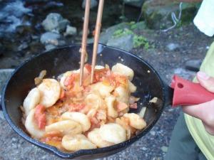 トマトや玉ねぎなどの野菜と炒めればできあがり
