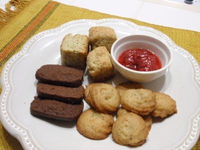 手づくりのアーモンドクッキー、ショコラ、スコーン