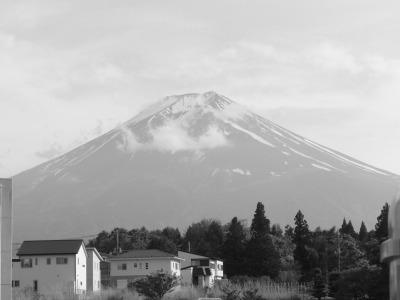 顔をだした富士山。