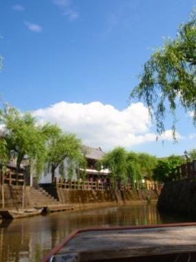 舟からゆるりと眺める佐原の古い町並み