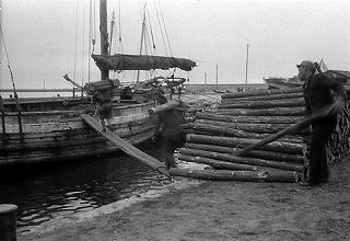 運搬船に積み込まれる坑木
