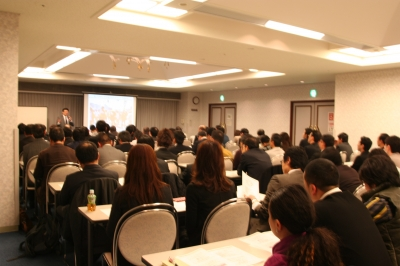 会場約100名の参加者