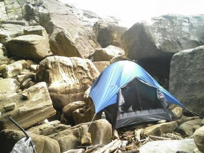 西表島沿岸部半洞窟テント設置